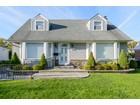 Casa Unifamiliar for  sales at Cape 139 Birchwood Dr  New Hyde Park, Nueva York 11040 Estados Unidos