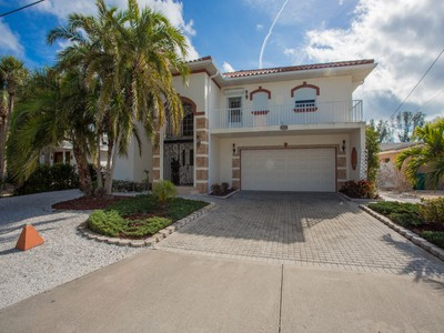 Maison unifamiliale for sales at ANNA MARIA ISLAND 238  Lakeview Dr Anna Maria, Florida 34216 United States