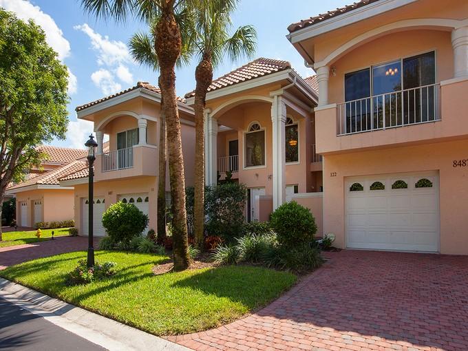 共管式独立产权公寓 for sales at PELICAN BAY - CRESCENT 8487  Abbington Cir 122 Naples, 佛罗里达州 34108 美国