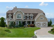 Villa for sales at Colonial 40 Pembroke Dr   Glen Cove, New York 11542 Stati Uniti