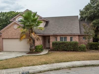 Casa Unifamiliar for sales at Cul-De-Sac Home in Sterling Oaks 7451 Silent Spring  San Antonio, Texas 78250 Estados Unidos