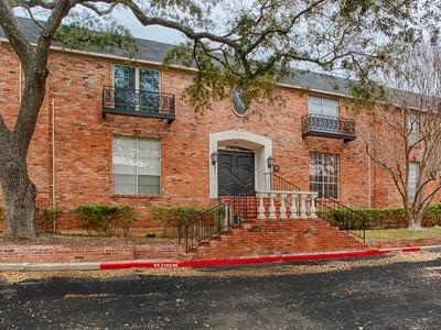 Condominio for sales at Beautiful and Spacious Condominium 7500 Callaghan Rd 234V San Antonio, Texas 78229 Stati Uniti