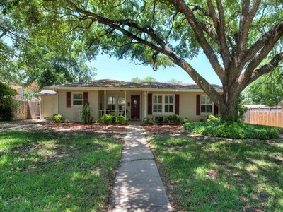Villa for sales at Wonderfully-Maintained Terrell Hills Home 127 Bryker Dr San Antonio, Texas 78209 Stati Uniti