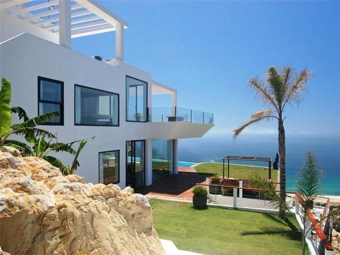 Vivienda unifamiliar for sales at Fantastic villa built in a modern style with stunn  Cadiz, Andalucia 11380 España