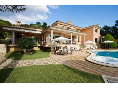 Moradia Multi-familiar for sales at Villa with large, flat plot in Son Vida    Palma Son Vida, Palma De Maiorca 07013 Espanha