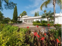 Villa for sales at wonderful villa with lovely mature gardens    Marbella, Costa Del Sol 29679 Spagna