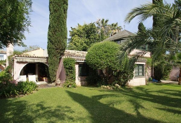 Casa Unifamiliar for sales at Encantadora villa al lado de la playa situada entre Banús y San Pedro  Marbella, Costa Del Sol 29670 España