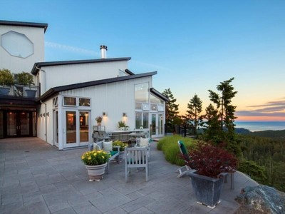 Vivienda unifamiliar for sales at Charismatic West Coast Home Victoria, British Columbia Canadá