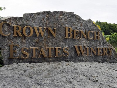 Fazenda / Rancho / Plantação for sales at Crown Bench Estate Winery 3850 Aberdeen Road Beamsville, Ontario L0R 1B7 Canadá