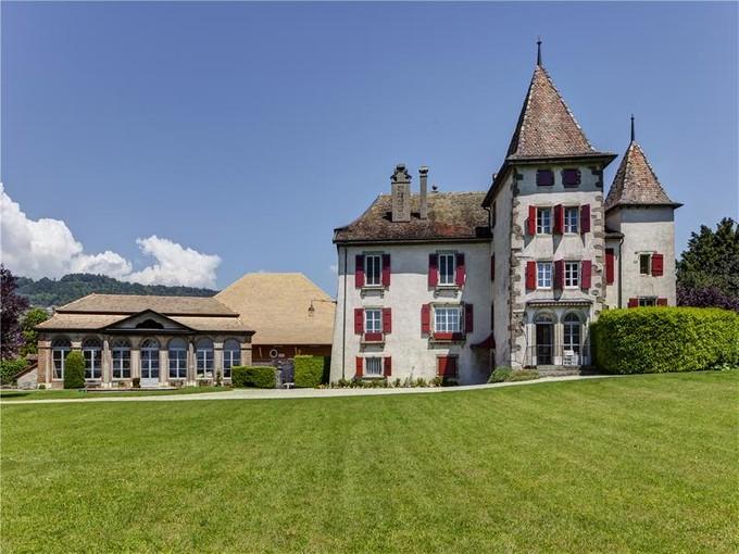 Moradia for sales at Splendid 17th-century castle on La Côte  Other Vaud, Vaud 1166 Suíça