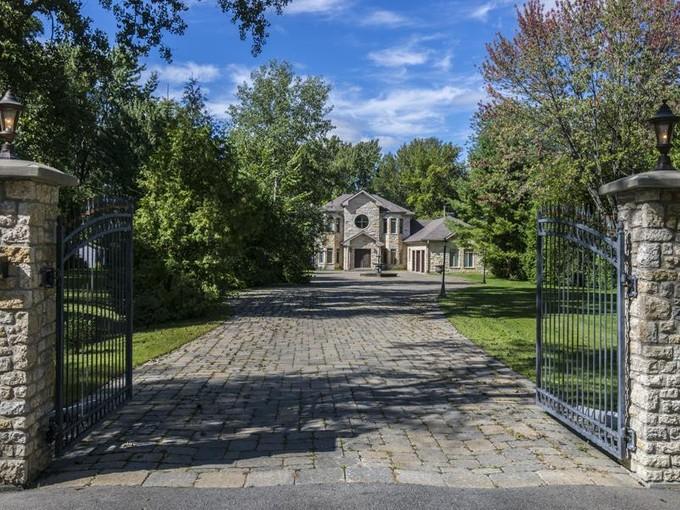Single Family Home for sales at L'Ile Bizard 2039 Ch. du Bord-du-Lac Montreal, Quebec H9C 2M8 Canada