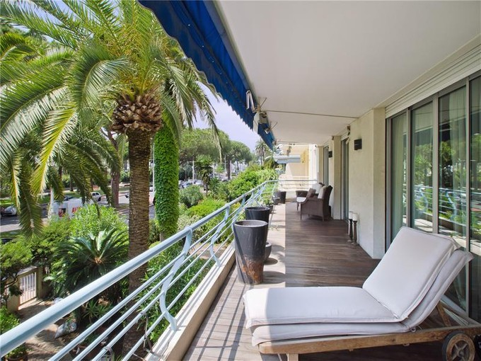 Appartement for sales at Cannes La Croisette - Appartement 4 pièces  Cannes, Provence-Alpes-Cote D'Azur 06400 France