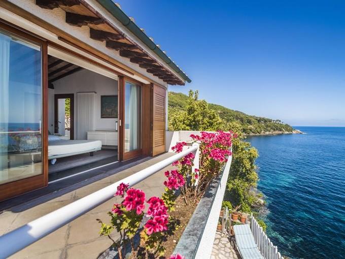 Частный односемейный дом for sales at Роскошная вилла на самом берегу острова Эльба Marciana Marina Marciana Marina, Livorno 57033 Италия