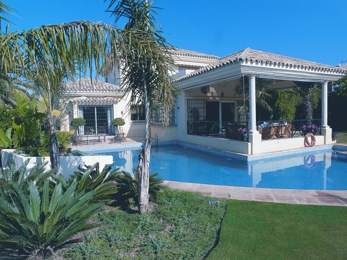 Vivienda unifamiliar for sales at Villa built as an island in swimming pool  Marbella, Costa Del Sol 29600 España